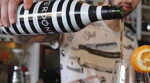 Camarero sirviendo un vaso de Vermouth Perdón